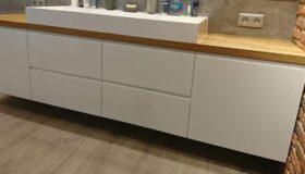 podwieszana szafka łazienkowa z drewnianym blatem wandpark